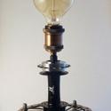 Edison stílusú asztali lámpa, Otthon, lakberendezés, Férfiaknak, Lámpa, Asztali lámpa, Fémmegmunkálás, Mindenmás, Edison stílusú asztali lámpa használt kerékpár alkatrészekből.  Felhasznált anyagok: -féktárcsa -há..., Meska