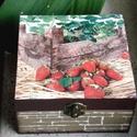 Epres doboz (ékszernek, teásnak,,,), Otthon, lakberendezés, Tárolóeszköz, Doboz, Decoupage, szalvétatechnika, 4 rekeszes doboz, a tetején epres-faládás képpel. Az oldalát tégla utánzatúra  festettem Sok minden..., Meska