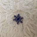 Gyöngy hópehely, Otthon & lakás, Dekoráció, Ünnepi dekoráció, Karácsonyi, adventi apróságok, Karácsonyi dekoráció, Ajándékkísérő, Karácsonyfadísz, 15-ös japán gyöngyből készült (kék, ezüst) méretek 3,5 x 2,7 cm Személyesen Dabason lehet átvenni...., Meska