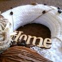Cappuccino kopogtató, Dekoráció, Otthon, lakberendezés, Dísz, Ajtódísz, kopogtató, 20 cm-es szalma koszorúalapon, ragasztással rögzített fonallal, szárított növényi részekkel..., Meska