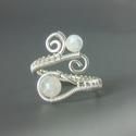Szivárvány holdkő gyöngyös gyűrű ezüstözött drótból, Ékszer, óra, Gyűrű, Az ékszert ezüstözött drótból hajlítottam és szivárvány holdkő gyöngyökkel díszítettem.  A gyűrű szí..., Meska