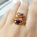 Fekete üveg gyöngyös réz gyűrű, Ékszer, Gyűrű, Réz drótot hajlítottam, és a gyűrűt irizáló bevonatú (AB) fekete üveg gyöngyökkel díszítettem. A dró..., Meska