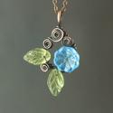 Türkiz kék virágos nyaklánc zöld levelekkel réz ékszer, A réz alapra türkiz kék üveg virágot és zöl...