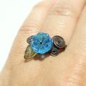 Türkiz kék virágos gyűrű zöld levéllel réz ékszer, A réz alapra türkiz kék üveg virágot és zöl...