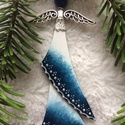 Üveg angyal karácsonyfadísz, ajándékkísérő, ablakdísz, Dekoráció, Ünnepi dekoráció, Karácsonyi, adventi apróságok, Karácsonyfadísz, Ezt a 10 cm-es üveg angyalt üvegből, gyöngyből és ékszeralkatrészekből készítettem, ruháját üvegfest..., Meska