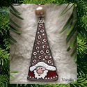 Manócska karácsonyfadísz, ajándékkísérő, ablakdísz, Dekoráció, Karácsonyi, adventi apróságok, Ünnepi dekoráció, Karácsonyfadísz, Ezt a 7 cm-es, kedves kis manót üvegből, gyöngyből és ékszeralkatrészekből készítettem, ruháját üveg..., Meska