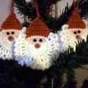 Horgolt mikulásfej karácsonyfadísz, Dekoráció, Karácsonyi, adventi apróságok, Ajándékkísérő, képeslap, Karácsonyfadísz, Akril fonalból horgoltam ezeket e kedves mikulásfejeket. 8-9 cm átmérőjűek. A csomag 3 db-ot t..., Meska