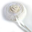 Csipkés gyűrűpárna, Esküvő, Gyűrűpárna, Romantikus, finom, fehér csipkével díszített gyűrűpárna filcből varrva. A gyűrűket szalaggal lehet f..., Meska
