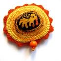 Narancs virág kitűző, Ékszer, Bross, kitűző, Élénk színű kitűző elefántos textillel és hímzéssel díszítve.  kb 7cm , Meska