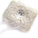 Csipkés gyűrűpárna, Esküvő, Gyűrűpárna, Varrás, Romantikus gyűrűpárna filcből, fehér csipkével, ezüst színű gombbal. A gyűrűket szaténszalaggal leh..., Meska