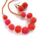 Narancs szett, Ékszer, óra, Nyaklánc, Fülbevaló, Ékszerkészítés, Nemezelés, Nyaklánc és hozzá való fülbevaló nemezelt bogyókból és üveggyöngyökből. A golyókat narancs gyapjúbó..., Meska