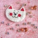 Cica kitűző, Ékszer, Bross, kitűző, Ékszerkészítés, Hímzés, Filcből varrt, hímzéssel és textilfestéssel készített cica kitűző macskaimádóknak.  100% handmade, Meska