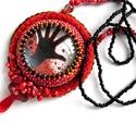 Piros nyaklánc, Ékszer, Nyaklánc, A filmes nyakláncok sorába tartozik ez a nyaklánc, a Walking Dead sorozathoz készítettem. A gyöngybe..., Meska