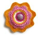 Nyárvirág - filc kitűző, Ékszer, Bross, kitűző, Virág kitűző rózsaszín és sárga filcből varrva, hímzéssel, gyöngyökkel és strasszal díszítve.  kb 8c..., Meska