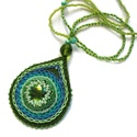 Zöld csepp nyaklánc, Ékszer, Nyaklánc, Nyaklánc zöld medállal.  A medál közepén zöld üveg csillog, ezt gyöngybe foglaltam és hímzéssel dísz..., Meska