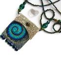 Szerencsehozó amulett, Ékszer, Nyaklánc, Nyaklánc mini táskával, benne hegyikristály ásvánnyal. A medált szürke filcből és arany textilbőrből..., Meska