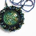 A Westworld labirintusa nyaklánc, Ékszer, Nyaklánc, Egyedi nyaklánc hímzett és gyöngyökkel díszített, csillogó üveglencsés medállal. A westworld labirin..., Meska
