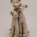 Kutya család, Dekoráció, Mindenmás, Otthon, lakberendezés, Kerámia, Fehér kerámiából készült, oxiddal színezett, három alakos kutya család. Magassága: 14 cm, Meska