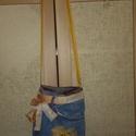 Farmer kis táska vidám sárgával, Táska, Tarisznya, Válltáska, oldaltáska, Egy farmer nadrág ötletes újra hasznosításának végeredményét láthatod a képen. Belül csa..., Meska