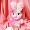 Nyuszilány plüss ajándék húsvéti csomagolással együtt! , Játék, Húsvéti díszek, Plüssállat, rongyjáték, Játékfigura, Ez az édes nyuszilány várja az új otthonát :)! Műszőrméből kézzel varrt, szemei biztonsági szemek.  ..., Meska