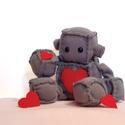 Robi, a szerelmes robot plüss, Szerelmeseknek, Játék, Dekoráció, Plüssállat, rongyjáték, Hamarosan Valentin nap, ez a cuki plüss robot erre az alkalomra készült :). Mint látható telis - tel..., Meska