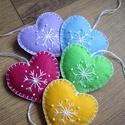 ötszín szív karácsonyfadísz, Dekoráció, Esküvő, Dísz, Ünnepi dekoráció, 5 db hópihe mintás szív alakú dísz színes hobbifilcből gyönggyel díszítve, kézzel varrva.  -1 db lil..., Meska