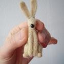 Fehér Kisnyúl , Képzőművészet, Dekoráció, Vegyes technika, Dísz, Tűnemez technikával készült nyúl. 8 cm magas. Anyaga: gyapjú Orra műanyag. Minden állatkám egyedi ki..., Meska