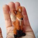 Kisróka , Képzőművészet, Dekoráció, Vegyes technika, Dísz, Tűnemez technikával készült kis róka. 7 cm magas. Anyaga: gyapjű, orra műanyag.  Minden állatkám egy..., Meska