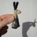 Vadnyúl 2., Képzőművészet, Dekoráció, Vegyes technika, Dísz, Tűnemez technikával készült nyúl. 8 cm magas. Anyaga: gyapjú  Minden állatkám egyedi kis figura. Ink..., Meska