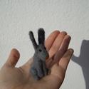 Vadnyúl 4., Képzőművészet, Dekoráció, Vegyes technika, Dísz, Nemezelés, Tűnemez technikával készült nyúl. 8 cm magas. Anyaga: gyapjú  Minden állatkám egyedi kis figura. In..., Meska