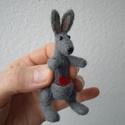 Kenguru, Képzőművészet, Dekoráció, Vegyes technika, Dísz, Tűnemez technikával készült kenguru. kb. 8 cm magas.  Anyaga: gyapjú, orra formázott műanyag, szeme ..., Meska