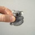Koala gombóc, Képzőművészet, Dekoráció, Vegyes technika, Dísz, Tűnemez technikával készült figura. Tenyérben pihenő gombóc koala.   Anyaga gyapjú. Szeme gyöngy, va..., Meska