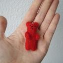 Piros maci, Képzőművészet, Dekoráció, Vegyes technika, Dísz, Tűnemez technikával készült pici medve. kb. 5 cm magas.  Anyaga gyapjú, orrát és szemét cérnából var..., Meska