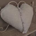 Szív alakú csipkés párna, Dekoráció, Otthon, lakberendezés, Lakástextil, Párna, Csipkéből varrt párna, levehető huzattal. Gyönyörű kiegészítője lehet egy romantikus enter..., Meska
