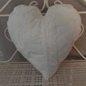 Szív alakú csipkés párna, Dekoráció, Otthon, lakberendezés, Lakástextil, Párna, Csipkéből varrt párna, levehető huzattal. Gyönyörű kiegészítője lehet egy romantikus enteriőrnek.  M..., Meska