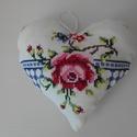 Textil szív, Régi hímzett terítőből készült textil szí....