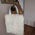 Műszőrme táska, Táska, Válltáska, oldaltáska, Fehér újrahasznosított műszőrméből készült táska. Méret:40X42 cm A fül műbőr. Cipzáras...., Meska