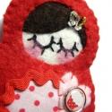 Matrjoska kitűző-Piroska, Matrjoska -baba kitűző, anyaga piros gyapjúfilc...