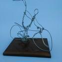 Szerelmespár kerékpáron, Esküvő, Dekoráció, Otthon, lakberendezés, Egyedi ajándék, drótból készített kerékpár.A szobor  20 cm magas és 22 cm széles 17cm*12cm fa alapra..., Meska