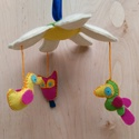 Forgójáték babáknak, Baba-mama-gyerek, Játék, Dekoráció, Gyerekszoba, Kézzel varrott színes gyapjúfilc forgójáték babáknak, középen virággal, három lecsüngő ..., Meska