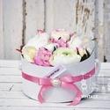 Púder dobozos selyemvirág 20x16 cm, Dekoráció, Esküvő, Csokor, Esküvői dekoráció, Mindenmás, Púder színű kördobozban elhelyezett első osztályú selyemvirág kompozíció, ami örök emlék marad., Meska