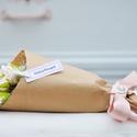 Csokros rózsa díszcsomagolásba, Szerelmeseknek, Első osztályú selyemvirág, díszcsomagolásban szaténnal és brossal. Választható színek : f..., Meska