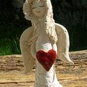 Angyalka piros szívvel, Dekoráció, Képzőművészet, Szobor, Kerámia, Kerámia, Szobrászat, Fehérre égő agyagból készítettem ezt a szende Angyalkát. A kezében nagy piros szívet tart. Csak a r..., Meska