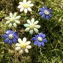 7 szál apró virág, Dekoráció, Otthon, lakberendezés, Dísz, Fehérre égő agyagból készítettem ezeket az apró virágokat..  5 szál mázazott,kétszer égetett ,a két ..., Meska