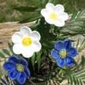 Kék és fehér, Dekoráció, Otthon, lakberendezés, Dísz, Fehérre égő agyagból készítettem ezeket a virágokat.  Mázazott,kétszer égetett kerámiák. A  virágok ..., Meska