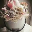 Pasztell virágbox., Dekoráció, Otthon, lakberendezés, Dísz, Asztaldísz, Szürke kalapdobozba készült selyemvirág box. Méretei: 17 cm széles X 22 cm magas.  , Meska