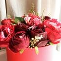 Vörös selyemvirágok-kalapdobozban., Dekoráció, Otthon, lakberendezés, Dísz, Asztaldísz, Kalapdobozba készült selyemvirág dekoráció. Méretei: 24 cm X 16 cm., Meska