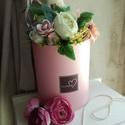 Rózsaszín virágdoboz., Dekoráció, Otthon, lakberendezés, Dísz, Asztaldísz, Rózsaszín kalapdobozba készült selyemvirág box. Méretei: 19 cm X 23 cm., Meska