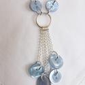 Világoskék gomb nyaklánc, Ékszer, Nyaklánc, Világoskék gombokkal készült hosszú, ezüstözött nyaklánc  Hossza kb. 45 cm.    , Meska