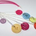 Színes gomb nyaklánc, Ékszer, Nyaklánc, Színes gombokkal készült hosszú, pink műbőr nyaklánc  A lánc ezüstözött.  Hossza kb. 46 c..., Meska